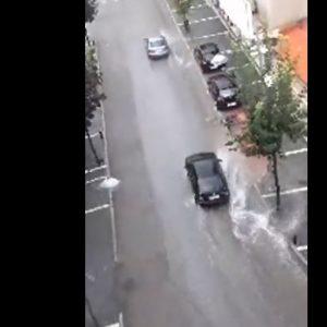 Bίντεο από την οδό Παύλου Μελά στην Κοζάνη, κατά τη διάρκεια της νεροποντής, που σημειώθηκε, λίγο μετά τις 19:20 το βράδυ της Τρίτης 25/8