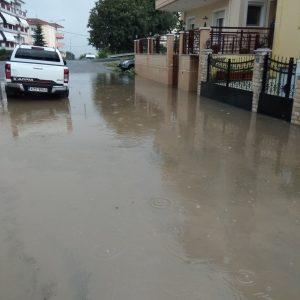 Παράπονα αναγνώστη στο kozan.gr: Πλημμύρισε, ακόμη μια φορά, ο δρόμος στη διασταύρωση Αιανής και Σοφούλη (Φωτογραφίες)