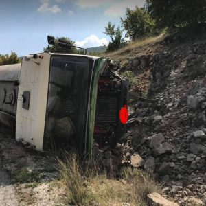kozan.gr: Σοβαρό τροχαίο ατύχημα έξω από τα Λιβερά Κοζάνης – Ανατράπηκε υδροφόρα – Στο νοσοκομείο ο οδηγός (Φωτογραφίες)