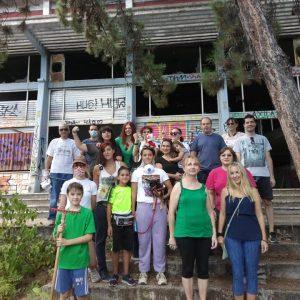 "kozan.gr:Συμπολίτες μας, προχώρησαν, σήμερα Κυριακή 13/9, σε μια αξιέπαινη πρωτοβουλία, καθαρίζοντας, από τα σκουπίδια, τον προαύλιο χώρο του πρώην ξενοδοχείου ""Ξενία""στέλνοντας ένα μήνυμα ""Σώστε τον Ξενία""(Βίντεο & Φωτογραφίες)"