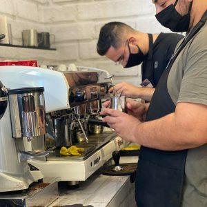 """Με επιτυχία ολοκληρώθηκε το πιστοποιημένο σεμινάριο  """"BARISTA & Coffee Seminar"""" – ΕΠΙΠΕΔΟ1 ( LEVEL 1 ) που διοργάνωσε το ΙΕΚ VOLTEROS σε νεοεισερχόμενους επαγγελματίες στον χώρο του καφέ"""