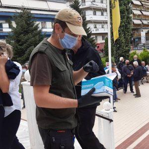 kozan.gr: Χορήγηση μασκών από τη Δημοτική Αστυνομία Πτολεμαίδας σε όλους τους παρευρισκόμενους, έξω από την Αγ. Τριάδα, στην κηδεία του Λ. Λεσγίδη