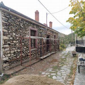 Με εντατικούς ρυθμούς εξελίσσονται οι εργασίες ανακατασκευής του παλαιού Δημοτικού Σχολείου της κοινότητας Ναμάτων
