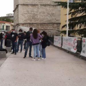 kozan.gr: Απόλυτα ικανοποιημένοι οι παρευρισκόμενοι στην κεντρική πλατεία Κοζάνης για την καταδικαστική απόφαση της Χρυσής Αυγής για την υπόθεση της εγκληματικής οργάνωσης & τη δολοφονία του Παύλου Φύσσα (Βίντεο)