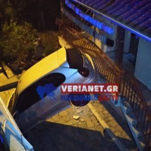 Βέροια: Απίστευτο τροχαίο – Ι.Χ. αυτοκίνητο κατέληξε στο μπαλκόνι σπιτιού