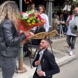 kozan.gr: Πτολεμαΐδα: Κατέβηκε από την άμαξα και της έκανε πρόταση γάμου (Βίντεο)