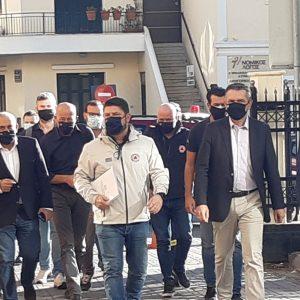 kozan.gr: Χύτρα ειδήσεων: Ο Υφυπουργός Πολιτικής Προστασίας Ν. Χαρδαλιάς, κατέβηκε από το υπηρεσιακό όχημα κι έκανε συστάσεις σε παραγωγό της λαϊκής αγοράς, που είχε κατεβασμένη, στο πηγούνι, τη μάσκα