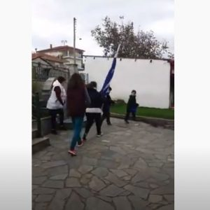kozan.gr: Σιάτιστα: Μια οικογένεια διοργάνωσε τη δική της παρέλαση, εντός της αυλής της οικίας της, τιμώντας με το δικό της τρόπο την 28η Οκτωβρίου (Βίντεο)