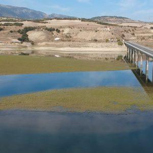 kozan.gr: Σημερινές (1/11) πρωινές εικόνες από τη Γέφυρα του Ρυμνίου Κοζάνης, με ελάχιστο νερό από τη μία πλευρά της και με πολύ χαμηλή στάθμη από την άλλη  (Βίντεο)
