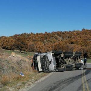 Γρεβενά: Ανατροπή φορτηγού που μετέφερε ξύλα (Φωτογραφία)