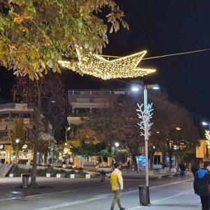 kozan.gr: Τα όμορφα χριστουγεννιάτικα στολίδια στον κεντρικό πεζόδρομο και την κεντρική πλατεία της Κοζάνης. (Φωτογραφίες)