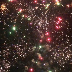 kozan.gr: Με πυροτεχνήματα, αλλά χωρίς κόσμο στους δρόμους και τις πλατείες, υποδέχτηκε το 2021 η πόλη της Κοζάνης (Βίντεο)