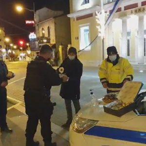 kozan.gr: Αστυνομικοί της Διεύθυνσης Αστυνομίας Κοζάνης, αντάλλαξαν ευχές κι έκοψαν την πρωτοχρονιάτικη πίτα στο κέντρο της Κοζάνης (Βίντεο)