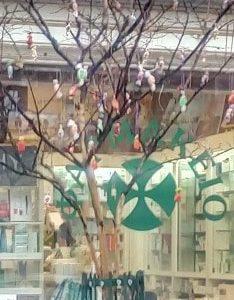 """kozan.gr: Το """"Χριστουγεννιάτικο"""" δέντρο, με τις καραμέλες, στην οδό Τσιμηνάκη στην Κοζάνη (Φωτογραφίες)"""