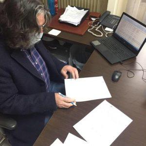 Το συμφωνητικό για την ενός προμήθεια απορριμματοφόρου οχήματος υπέγραψε σήμερα Παρασκευή 4/12 ο Δήμαρχος Σερβίων Χ.Ελευθερίου