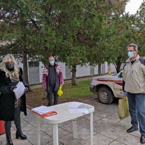 Κορωνοϊός: O Δήμος Κοζάνης διανέμει τις νέες μάσκες προστασίας στους διευθυντές των σχολείων