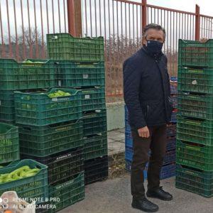 kozan.gr: Παρουσία του Περιφερειάρχη Δ. Μακεδονίας, Γ. Κασαπίδη, διανεμήθηκαν, σήμερα Κυριακή 20/12, σε 866 δικαιούχους του ΤΕΒΑ τα προϊόντα που αγόρασε η Περιφέρεια Δ. Μακεδονίας από τους παραγωγούς/ εκθέτες της λαϊκής αγοράς της Κοζάνης  (Φωτογραφίες & Βίντεο)