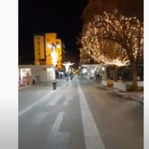 kozan.gr: Ώρα 19:20: Παραμονή Πρωτοχρονιάς, εικόνες από την άδεια κεντρική πλατεία & πεζόδρομο της Κοζάνης (Βίντεο)