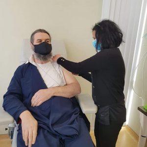 """kozan.gr: Πτολεμαίδα: Εμβολιάστηκε κατά του κορωνοϊού ο π. Αθανάσιος Καμπούρης, στέλνοντας και τα δικά του μηνύματα: """"Επιτέλους ανοσία στην ανοησία """"(Bίντεο & Φωτογραφίες)"""