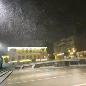 kozan.gr: Ώρα 22.00: Ξεκίνησε η χιονόπτωση στη πόλη της Κοζάνης (Βίντεο)