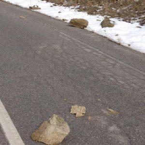 kozan.gr: Οδηγοί προσοχή: Mικρο-κατολίσθηση πετρών στο δρόμο Βλάστης – Σισανίου, λίγο μετά τα νεκροταφεία του χωριού (Φωτογραφίες)