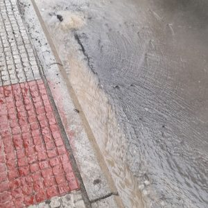 Kοζάνη: Φωτογραφίες αναγνώστη του kozan.gr από το δρόμο στην οδό Πλατεία Αυλιώτη με τους υδρατμούς να αναδύονται από το οδόστρωμα που δείχνουν πιθανό πρόβλημα της τηλεθέρμανσης