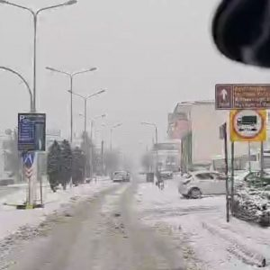 kozan.gr: Ώρα 15:00: Η κατάσταση του δρόμου από το Μαυροδένδρι μέχρι την Κοζάνη από την είσοδο στην πόλη από την πλευρά της Χαραυγής (Βίντεο)