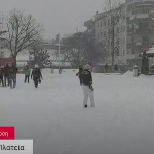 Όμορφες εικόνες από την Rec Productions, από την κεντρική πλατεία Κοζάνης, με τα παιδιά να παίζουν με το χιόνι (Βίντεο)