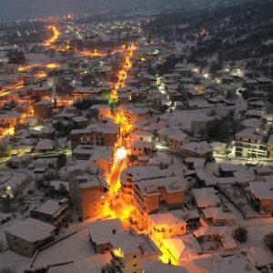 Εντυπωσιακές βραδινές φωτογραφίες της πόλης των Σερβίων σε χιονισμένο τοπίο