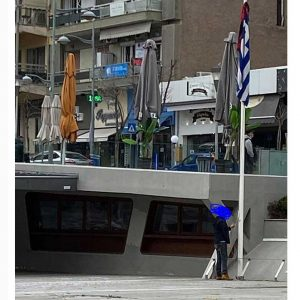 Άντρας κατέβασε την ελληνική σημαία στην κεντρική πλατεία της Κοζάνης και την ξανανέβασε βάζοντας ένα κόκκινο κασκόλ-ύφασμα πάνω της (Φωτογραφίες)