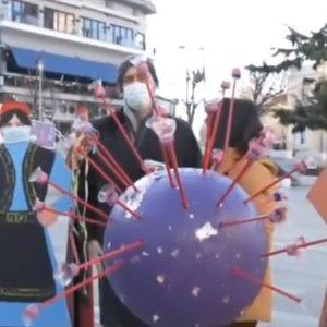"kozan.gr: ""Αι Χαιρλιθκα"" – Το ομοίωμα, από φελιζόλ, του κορωνοϊού, στην κεντρική πλατεία Κοζάνης μετατράπηκε σε μπάλα που κλωτσούσαν μικρά παιδιά"