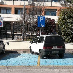 Φωτογραφία από αναγνώστη του kozan.gr για το παρκάρισμα με κατάληψη δύο θέσεων ΑμεΑ έξω από το κτήριο της Π.Ε. Κοζάνης