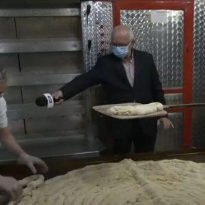 kozan.gr: Το μεγαλύτερο κιχί της Κοζανίτικης Αποκριάς ετοιμάζεται – και φέτος – στο φούρνο του Γιάννη Σιδέρη. Θα μοιραστεί στο συσσίτιο του Δήμου Κοζάνης – Η σημερινή ζωντανή σύνδεση με την ΕΡΤ1 (Βίντεο)