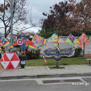 Kozan.gr Κοζάνη: Όμορφοι και σε πολλά σχέδια χαρταετοί, από πλανόδιο πωλητή, στη Πλατεία Συντάγματος (Φωτογραφίες)
