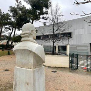 """Ε. Σημανδράκος (Αντιδήμαρχος Τεχνικών Υπηρεσιών): """"Τοποθετήθηκε η προτομή του Ιατροφιλόσοφου Γεωργίου Σακκελαρίου στο Δημοτικό Κήπο απέναντι από την κεντρική είσοδο της Δημοτικής Βιβλιοθήκης"""""""
