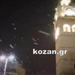 kozan.gr: Ώρα 21:45: Πυκνή χιονόπτωση, αυτή την ώρα, στην πόλη της Κοζάνης (Βίντεο)