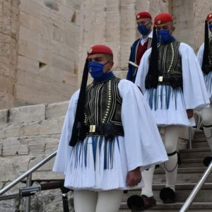 kozan.gr: Οι Εύζωνες, από την περιοχή της Κοζάνης, που ήταν παρόντες, στην έπαρση της σημαίας στον Ιερό Βράχο της Ακρόπολης και στη μεγαλειώδη παρέλαση
