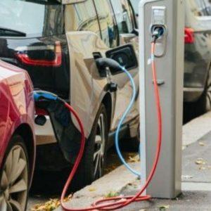 Τα θεμέλια για τη σταδιακή δημιουργία βιομηχανίας ηλεκτροκίνησης στην Ελλάδα επιχειρεί να βάλει το Εθνικό Σχέδιο Ανάκαμψης – προβλέπει επιδοτήσεις 200 εκατ. ευρώ για την δημιουργία παραγωγικών μονάδων καθαρών οχημάτων – Θέσεις εργασίας εκεί όπου χρειάζονται περισσότερο, πιθανώς σε κάποιες από τις λιγνιτικές περιοχές της Δυτικής Μακεδονίας και της Μεγαλόπολης