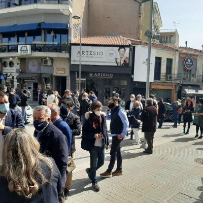 kozan.gr: 11:10 π.μ.: Aρκετός κόσμος έξω από το Δημαρχείο της Κοζάνης στην παράσταση διαμαρτυρίας για το κλειστό λιανεμπόριο στην Π.Ε. Κοζάνης – Δηλώσεις εκπροσώπων φορέων (Βίντεο)