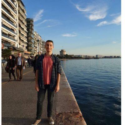 "Damjan Kozarov – Πρωτοετής φοιτητής του Τμήματος Λογιστικής και Χρηματοοικονομικής του Πανεπιστημίου Δυτικής Μακεδονίας στην Κοζάνη: ""Παιδικό μου όνειρο ήταν να σπουδάσω σε ελληνικό πανεπιστήμιο"" – Βραβεύθηκε από το Γενικό Γραμματέα του ΝΑΤΟ, Jens Stoltenberg, για το βίντεο που δημιούργησε σχετικά με την υποχώρηση της στάθμης των υδάτων της λίμνης των Πρεσπών"