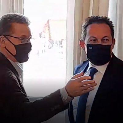 "kozan.gr: Πως σχολίασε ο Αναπληρωτής Υπουργός Εσωτερικών τη δήλωση του Άδωνη Γεωργιάδη, πριν μέρες, στο ΣΚΑΙ, ότι μετάδοση του κορωνοϊού ευνοείται γιατί η πλατεία της Κοζάνης έχει «βαθούλωμα» – ""Πλάκα έκανε ε;"", είπε ο Πέτσας, δείχνοντας να μην πιστεύει πως έγινε τέτοια δήλωση (Βίντεο)"