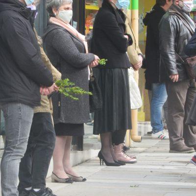 kozan.gr: Πιστοί έλαβαν τα βάγια περιμένοντας έξω από τον Ι.Μ.Ν. Αγ. Νικολάου Κοζάνης (Βίντεο)