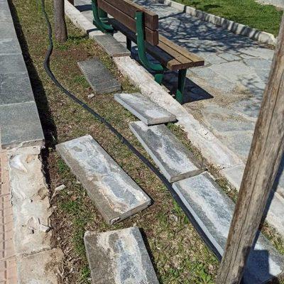 Απορία αναγνώστη στο kozan.gr: Tα πεζούλια στο μικρό παρκάκι πίσω από την Παναγία Φανερωμένη