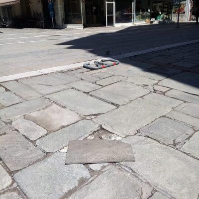 Πλακάκι στον κεντρικό πεζόδρομο Κοζάνης (Φωτογραφία)