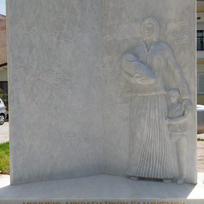 Στην πλατεία «Μικράς Ασίας», όπου πρόσφατα ανεγέρθηκε το ομώνυμο μνημείο, βρέθηκε ο δήμαρχος Κοζάνης, Λάζαρος Μαλούτας, το μεσημέρι της Μ. Τρίτης 27 Απριλίου