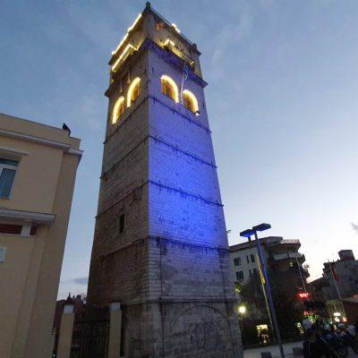 kozan.gr: Μπλε φωταγωγήθηκε το καμπαναριό της πόλης της Κοζάνης συμμετέχοντας στην Παγκόσμια Ήμερα Ευχής (Φωτογραφία – Βίντεο)