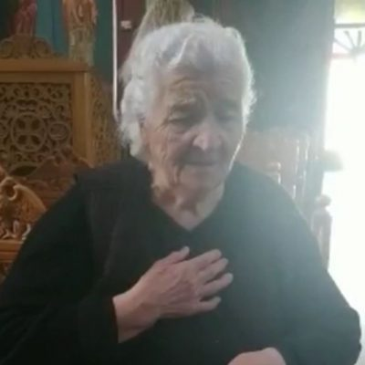kozan.gr: Η συγκινητική στιγμή που μια 90χρονη γιαγιά στην εκκλησία του Ανατολικού Εορδαίας βουρκωμένη λέει το μοιρολόι ή καταλόι της Παναγιάς, που αποτελεί τον επιτάφιο θρήνο και περιγράφει την άφατη θλίψη της Παναγίας (Βίντεο)