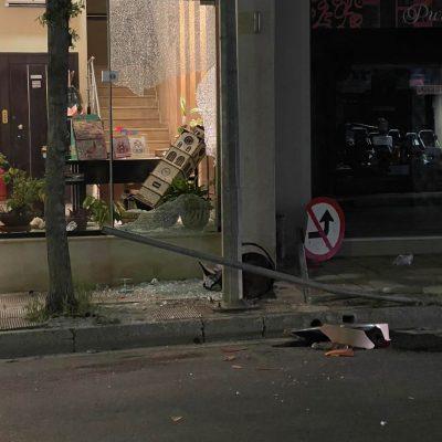 Κοζάνη: Αυτοκίνητο παρέσυρε πινακίδες σήμανσης και τον κάδο έξω από το Αμορινο, σπάζοντας και τη βιτρίνα  (Φωτογραφία)