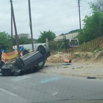 kozan.gr: Τροχαίο ατύχημα στην είσοδο της πόλης λίγο πριν τις εγκαταστάσεις της ΔΕΥΑ Κοζάνης – Εκτροπή & ανατροπή αυτοκινήτου – Στο νοσοκομείο η 40χρονη οδηγός