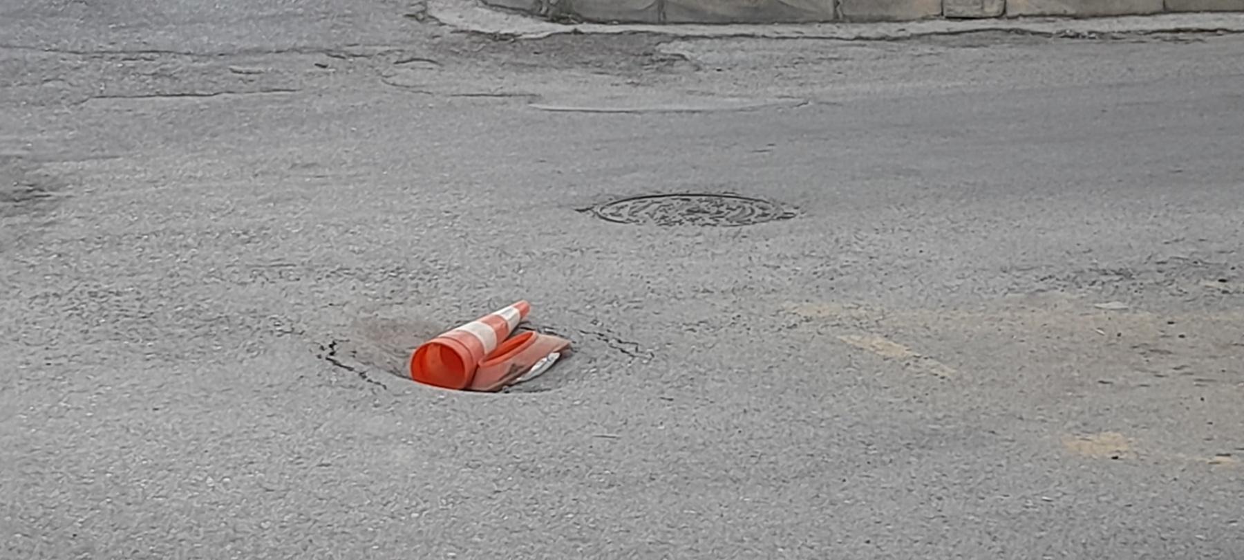 "kozan.gr: Kοζάνη: Άλλη μια τρύπα στο οδόστρωμα, επί της οδού Ασκίου, καλυμμένη με ""πατέντα"" από κώνους (Φωτογραφίες)"